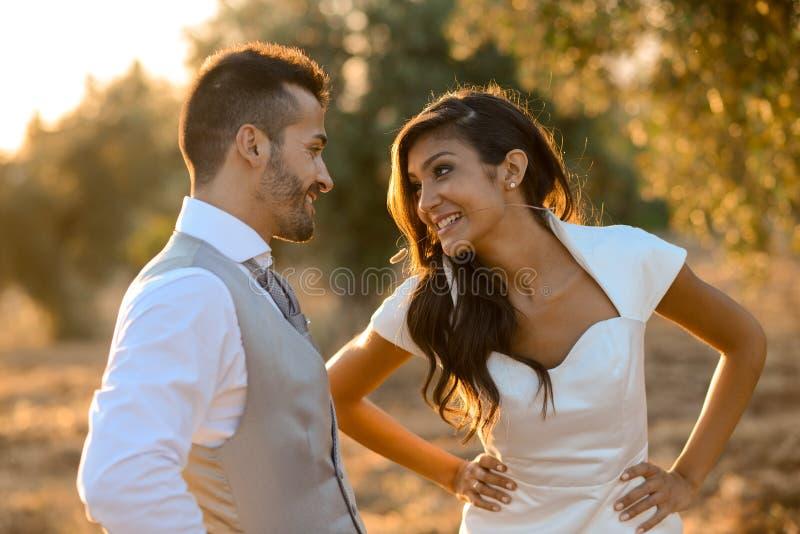Apenas pareja casada en fondo de la naturaleza imágenes de archivo libres de regalías