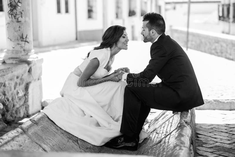 Apenas pareja casada en fondo urbano foto de archivo