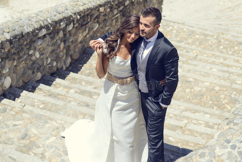 Apenas pareja casada en fondo urbano imagen de archivo libre de regalías