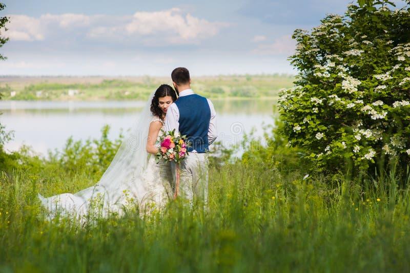 Apenas pareja casada en landcape fotos de archivo