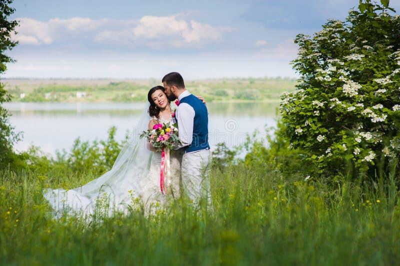 Apenas pareja casada en landcape con agua fotografía de archivo libre de regalías