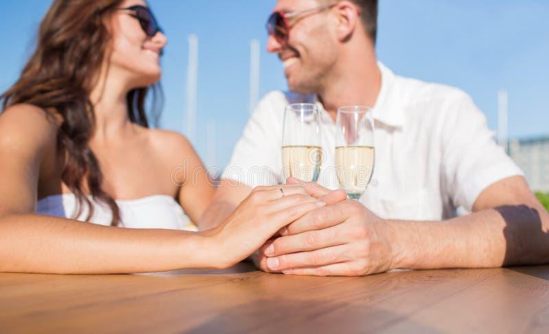 Apenas pareja casada feliz con champán en el café foto de archivo libre de regalías