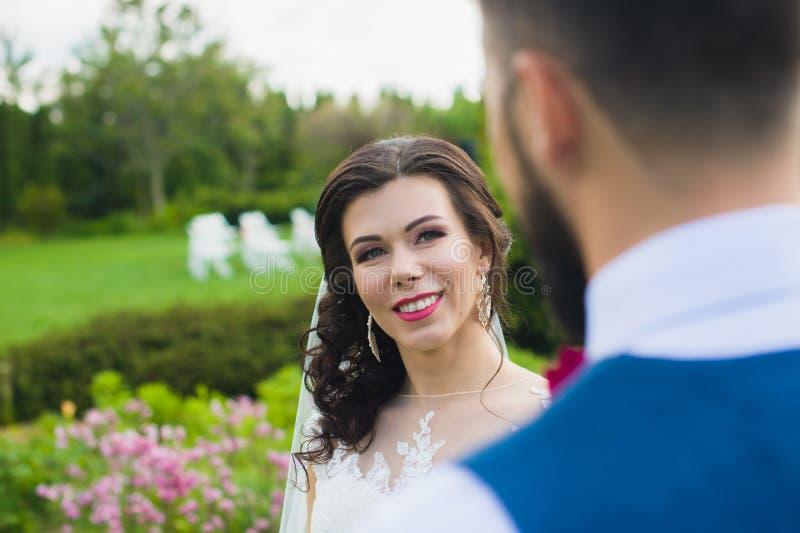 Apenas pareja casada feliz que celebra las manos y sonrisa imagen de archivo libre de regalías