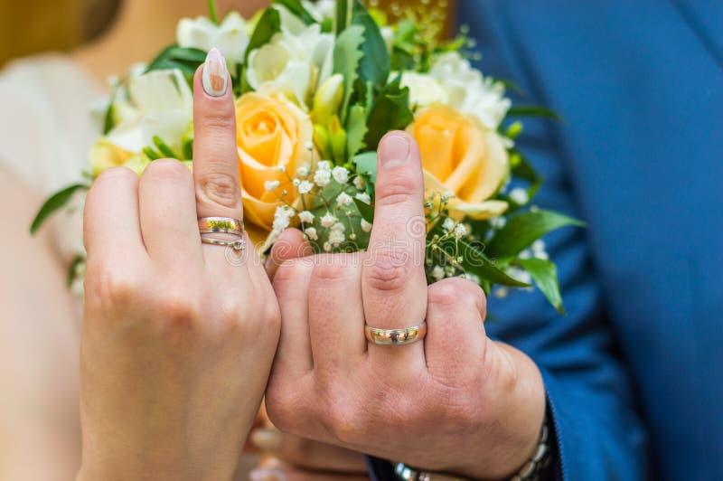 Apenas pareja joven casada con el ramo de flores imagenes de archivo