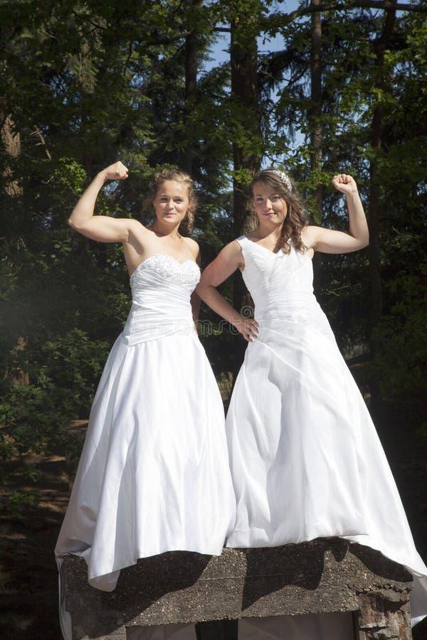 Apenas pareja lesbiana feliz casada en el cierre blanco del vestido junto imágenes de archivo libres de regalías