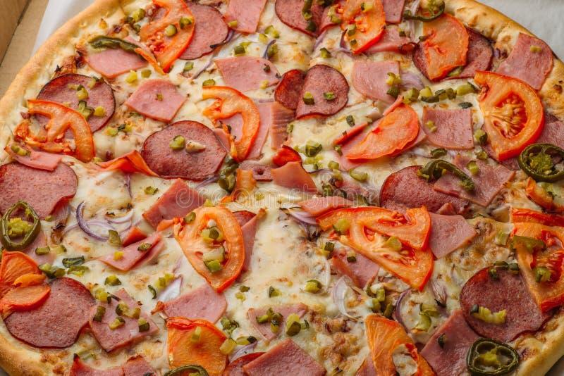 Apenas pizza italiana entregada en caja imagenes de archivo