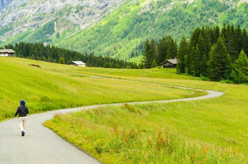 Apenas povos com fundo da montanha em Suíça fotos de stock royalty free