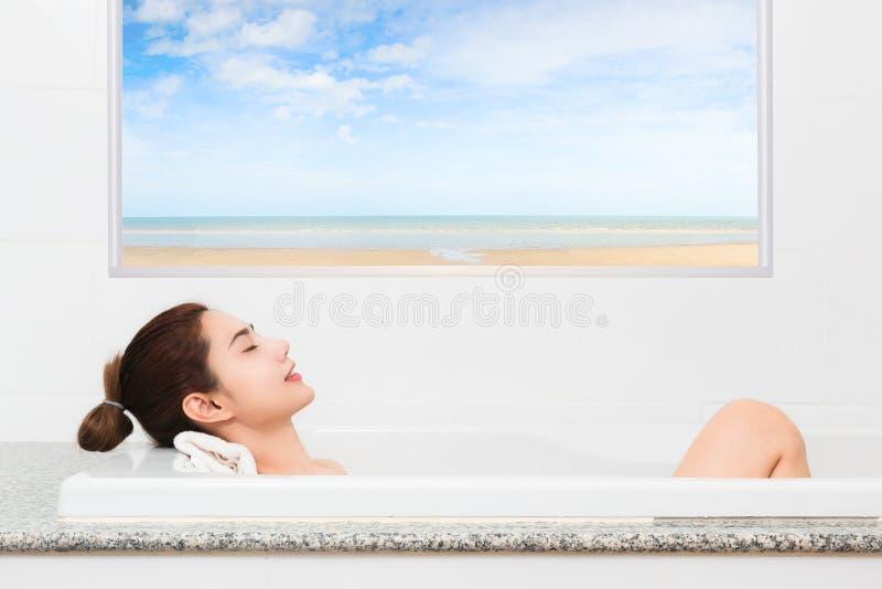 Apenas relaxe Jovem mulher bonita satisfeita que relaxa ao tomar fotografia de stock