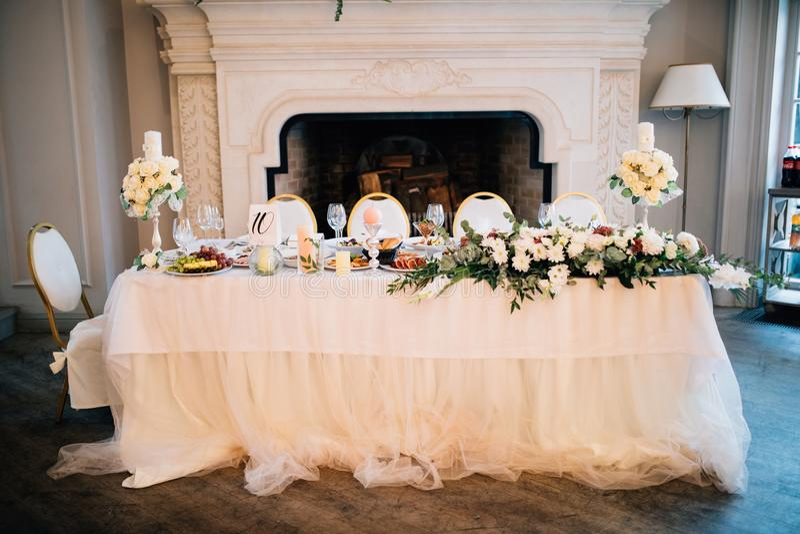 Apenas tabela casada Decoração da tabela do casamento no restaurante para pares fotografia de stock royalty free