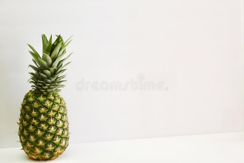 Apenas um abacaxi pequeno só fotografia de stock royalty free