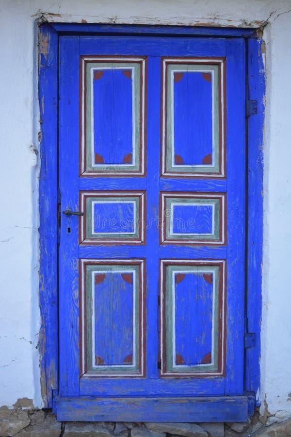 Apenas una puerta vieja azul imagen de archivo