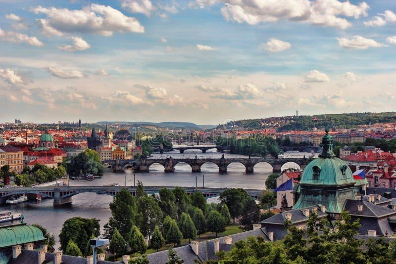 Aperçu au-dessus de Prague et le moldau d'un point de vue plus élevé photographie stock libre de droits