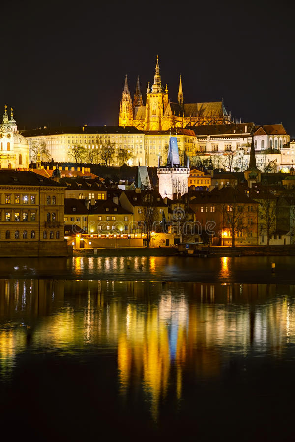Aperçu de Prague dans la nuit photographie stock libre de droits