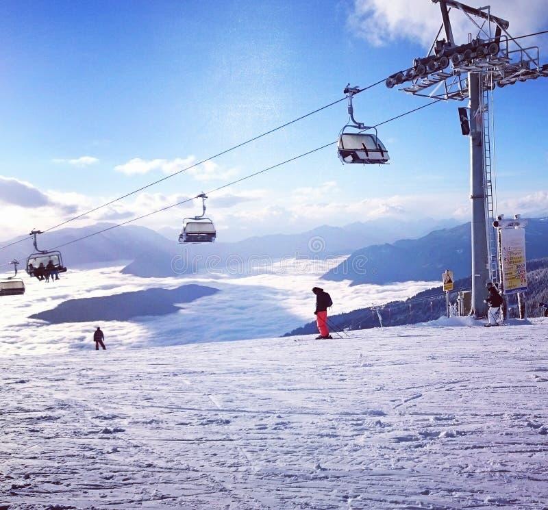 Aperçu de ski de neige de piste de voie de montagnes d'hiver images stock