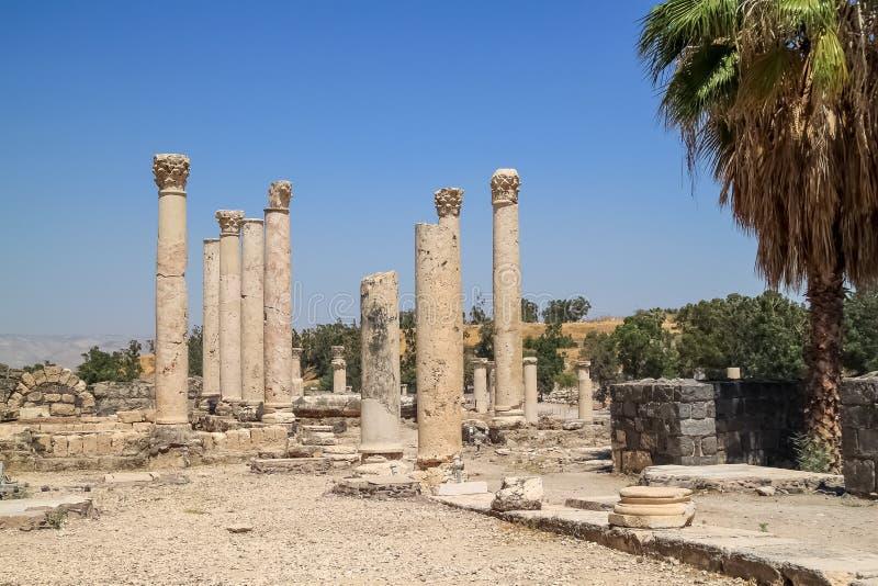 """Aperçu des colonnes entre autres ruines et de la blocaille au parc archéologique de Beit She """" photos stock"""