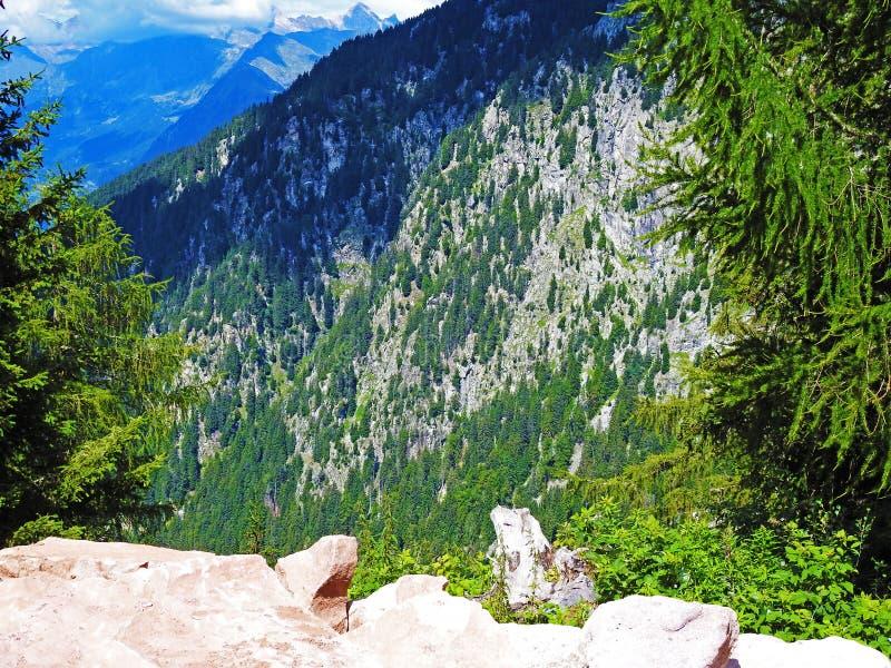 Aperçu des montagnes tyroliennes du sud images stock