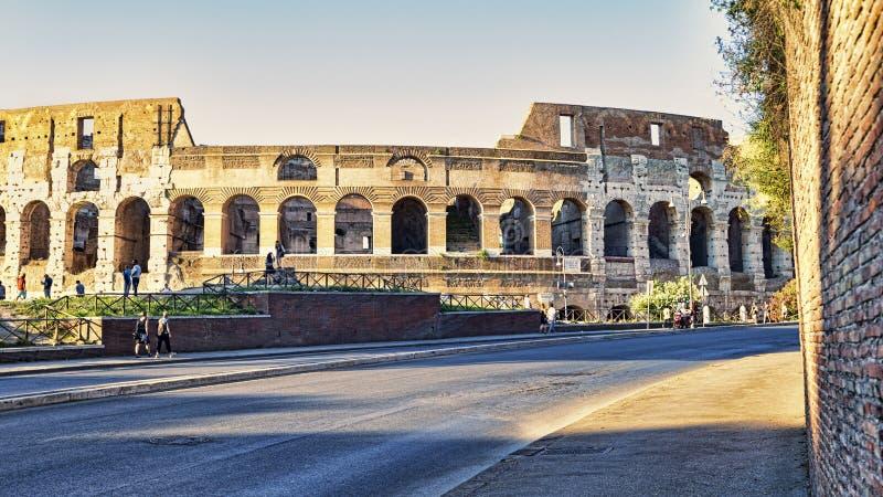 Aperçu du Colosseum une soirée d'été avec les touristes qui Colosseum une soirée d'été avec les touristes qui apprécient les beau images libres de droits