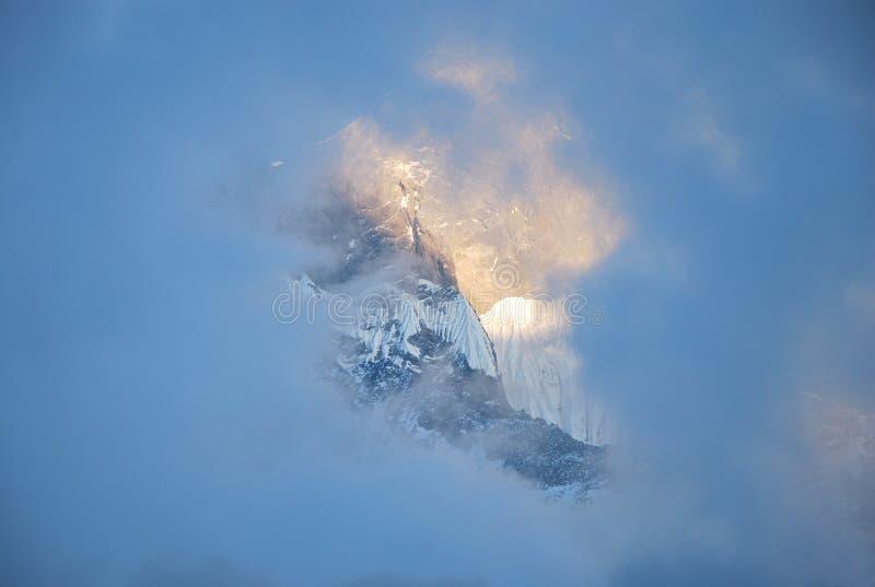 Aperçu du dessus de montagne par un nuage photo libre de droits