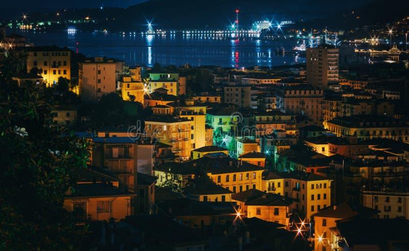 Aperçu panoramique de nuit de ville de Spezia de La, Italie Scène pittoresque avec les bâtiments colorés lumineux Beau voyage image stock