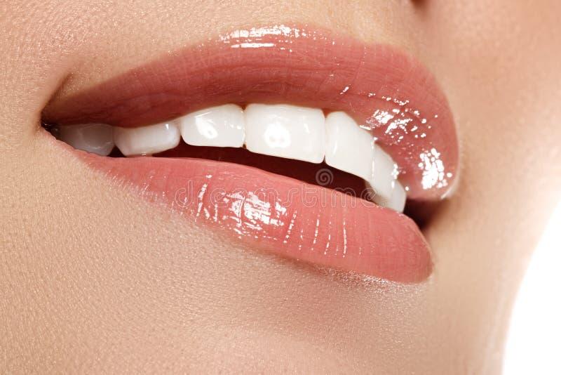 Aperfeiçoe o sorriso antes e depois do descoramento Cuidado dental imagens de stock