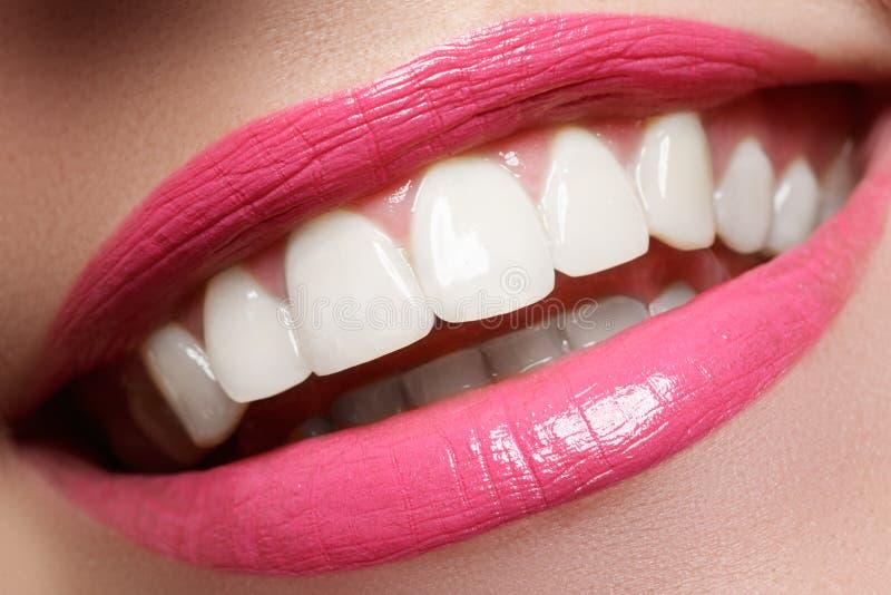 Aperfeiçoe o sorriso após o descoramento Dentes dos cuidados dentários e do alvejante Sorriso da mulher com grandes dentes Close- foto de stock