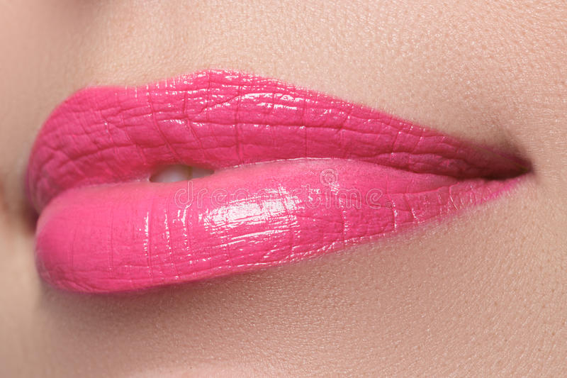 Aperfeiçoe o sorriso Bordos cor-de-rosa completos bonitos Batom cor-de-rosa fotografia de stock