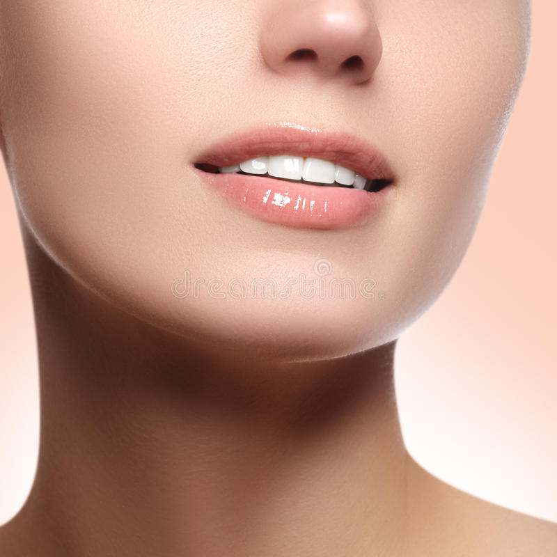 Aperfeiçoe o sorriso com os dentes saudáveis brancos e os bordos completos naturais, conceito dos cuidados dentários Fragmento bo imagens de stock royalty free