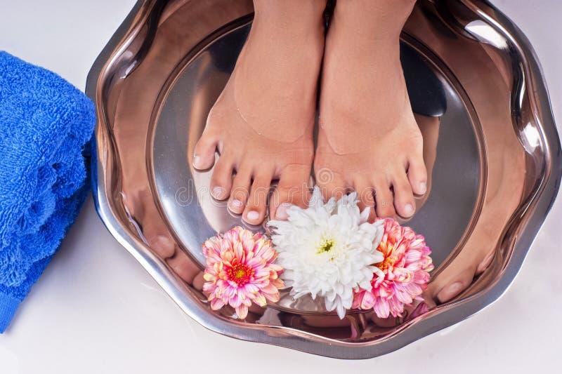 Aperfeiçoe os pés bonitos que apreciam os termas de relaxamento do pé imagem de stock royalty free