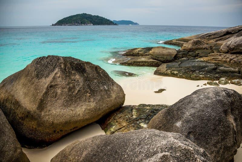 Aperfeiçoe A Praia E Rochas Tropicais Da Ilha Com O Mar De Turquesa Em Sim Fotos de Stock