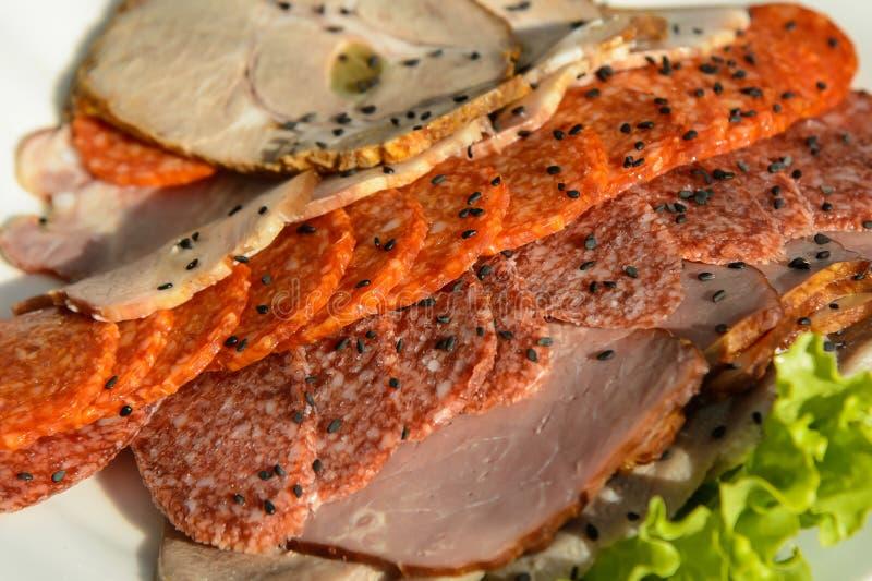 Aperitif des kalten Fleisches auf Platte lizenzfreie stockfotos