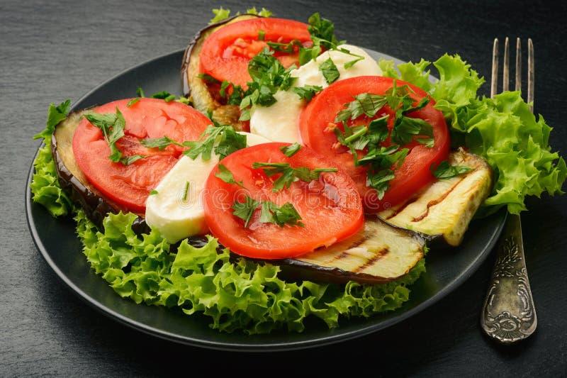 Aperitif - gegrillte Auberginen mit Mozzarella und Tomaten lizenzfreies stockfoto