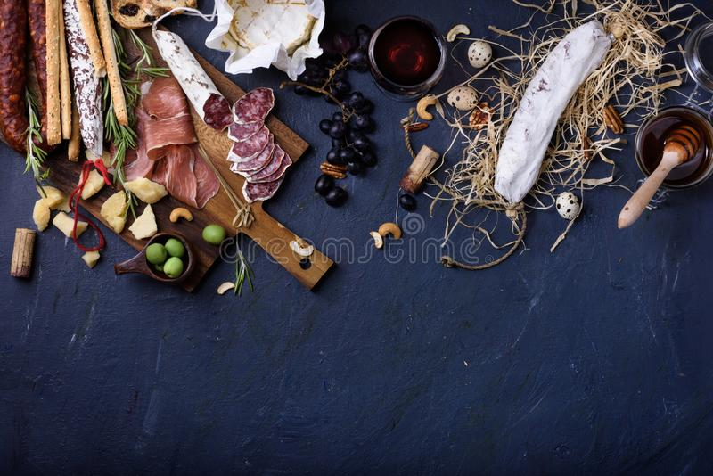 Aperitif, italienischer Antipasto, Schinken, Oliven, Käse, Grissini-brea stockfotografie