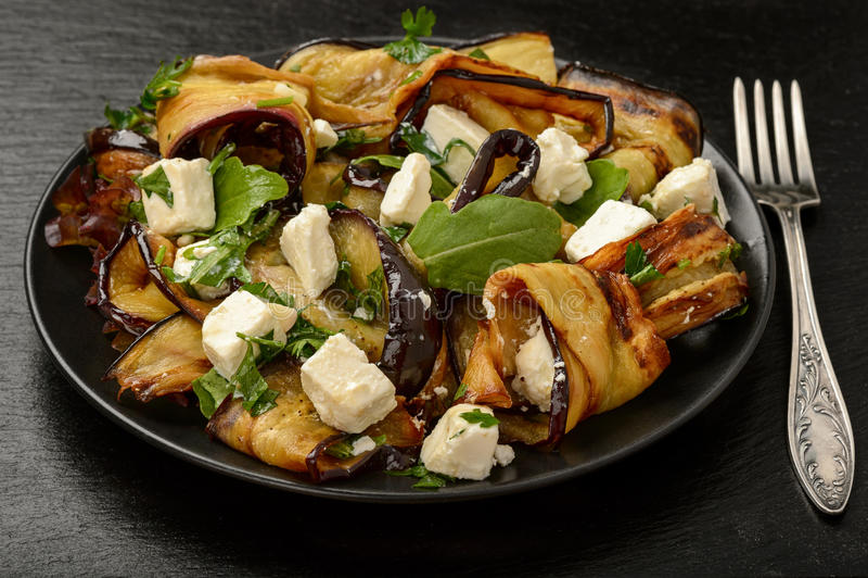 Aperitif - köstlicher Salat mit gegrillten Auberginen mit Feta, Petersilie und ruccola lizenzfreie stockfotografie