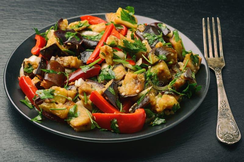 Aperitif - Salat mit gegrillten egplants, Paprika und Knoblauch lizenzfreie stockfotos