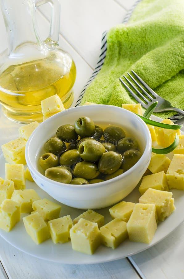 Aperitif von Oliven und von Hartkäse stockfotografie