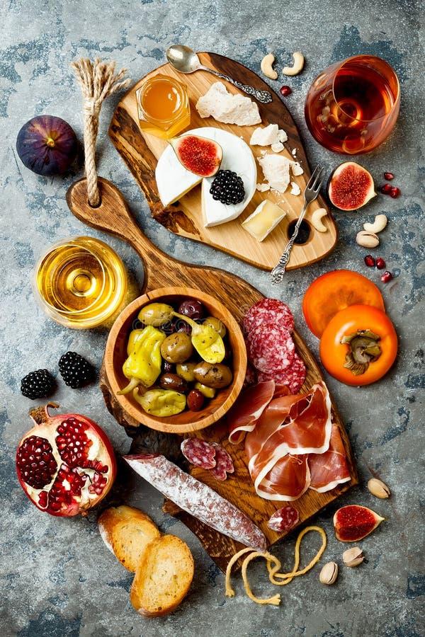 Aperitifs verlegen mit italienischen Antipastisnäcken und -wein in den Gläsern Brushetta oder authentische traditionelle spanisch stockbilder