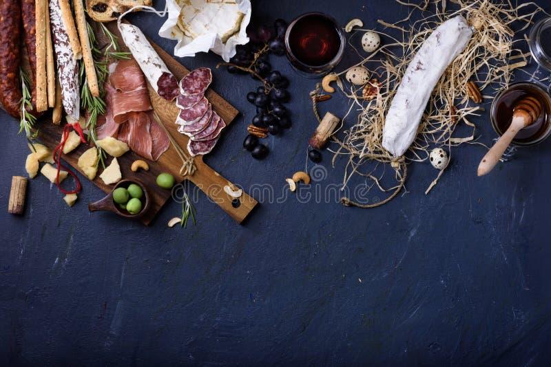 Aperitivo, antipasto italiano, presunto, azeitonas, queijo, brea de Grissini fotografia de stock