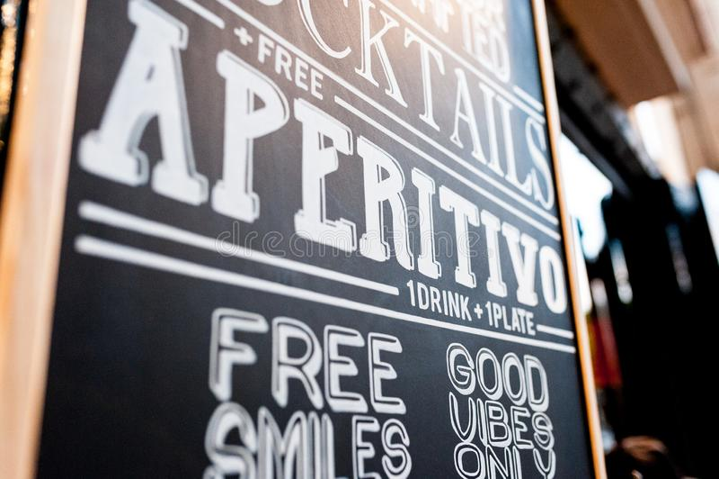 Aperitivo chalkboard modnisia reklamowego stylu koktajlu baru ekskluzywny symbol gentrification poza śródmieściem Barcelona miast obrazy royalty free