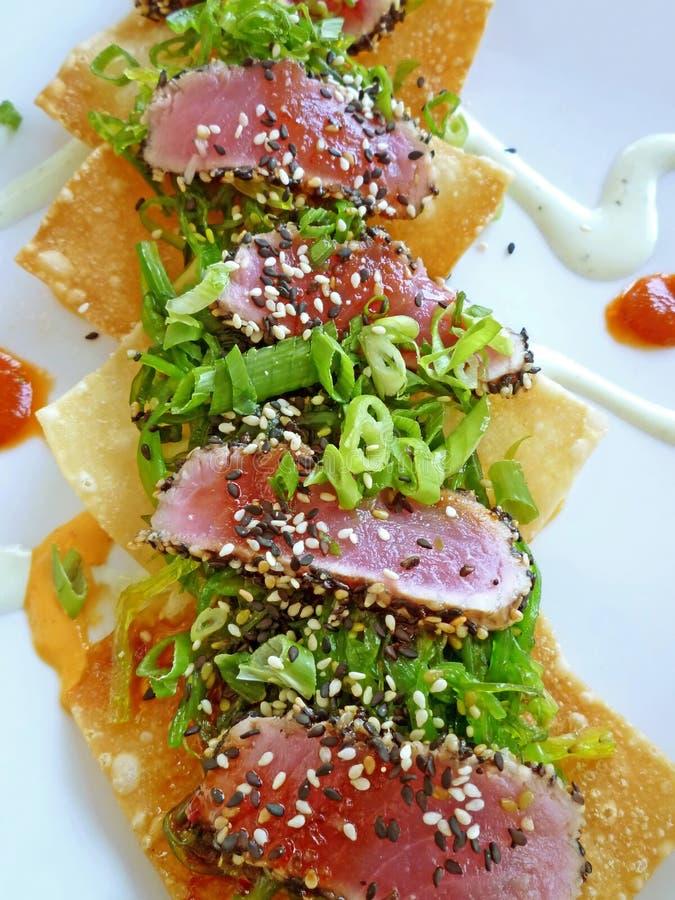 Aperitivo chamuscado Wonton frito del sushi del atún imagenes de archivo