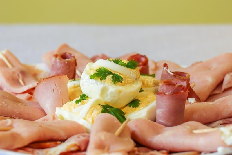 Aperitivo com carne e ovos na tabela imagem de stock royalty free