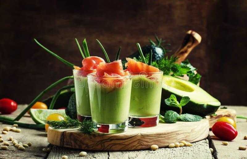 Aperitivo con la mousse dell'avocado e del salmone affumicato, servita in vetro immagine stock libera da diritti