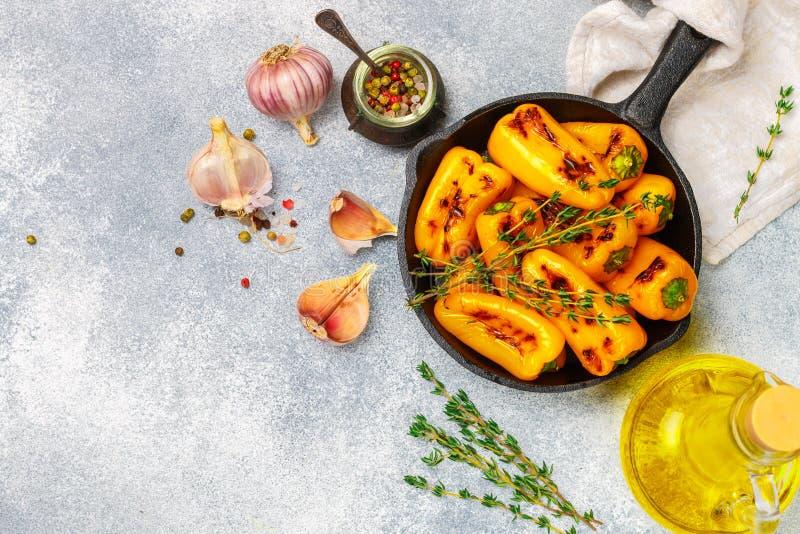 Aperitivo das guloseimas de pimentas de sino roasted com alho, tomilho e especiarias fotografia de stock