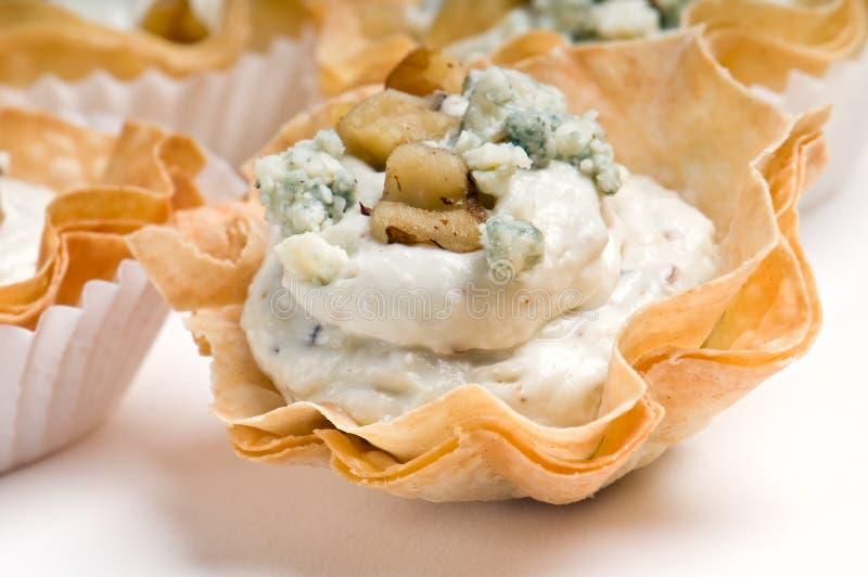 Aperitivo del queso verde y de la nuez fotografía de archivo