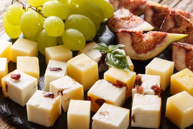 Aperitivo delicioso del diversos queso, uvas y primer de los higos horizontal fotografía de archivo libre de regalías