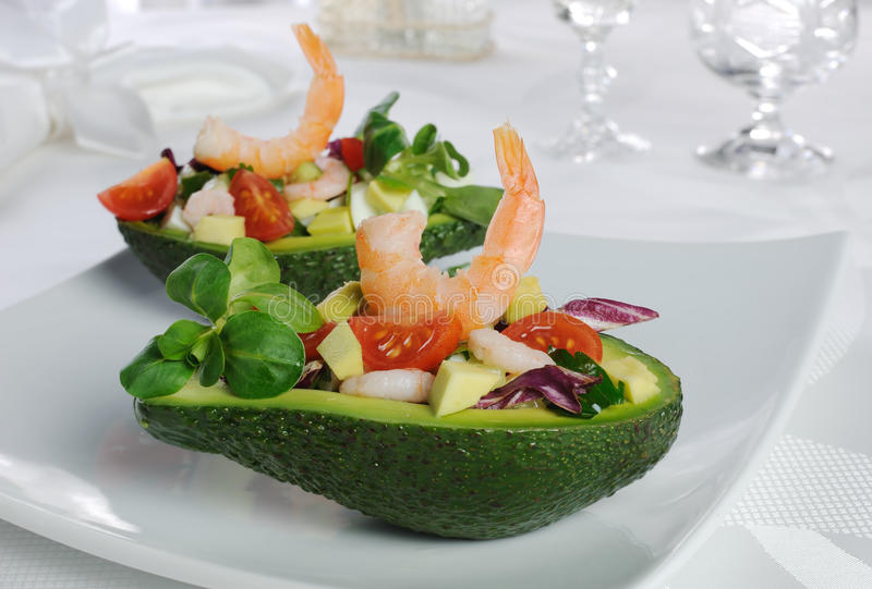 Aperitivo dell'avocado con i gamberetti immagine stock libera da diritti
