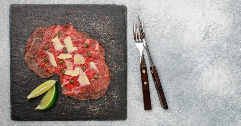 Aperitivo delle specialità gastronomiche di carne fresca - carpaccio del manzo fotografia stock