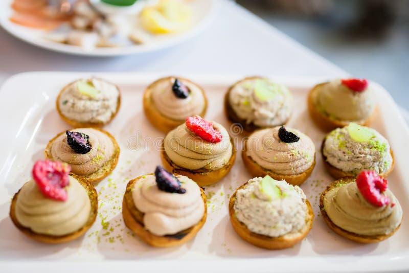 Aperitivo di nozze Panini del dessert della frutta serviti sulla tavola fotografia stock libera da diritti