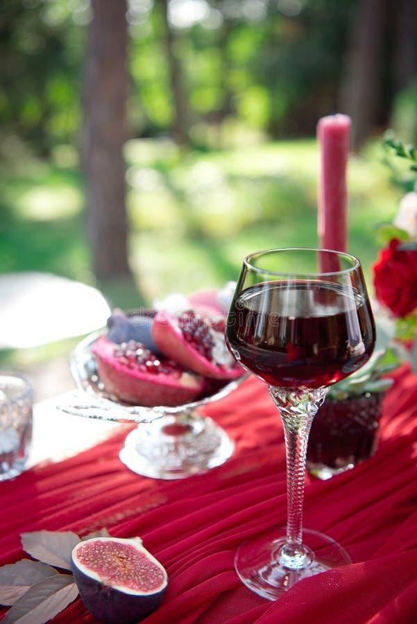 Aperitivo diviso in due fresco del fico con vino rosso fotografie stock libere da diritti