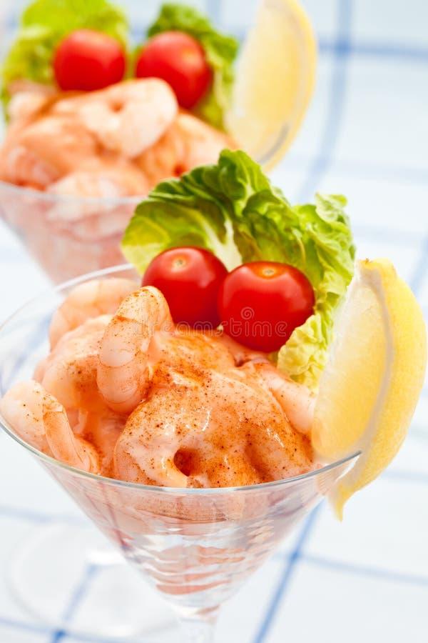 Aperitivo do cocktail do camarão com tomates pequenos fotos de stock