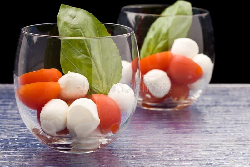 Aperitivo do Mozzarella do tomate no vidro - Caprese fotografia de stock